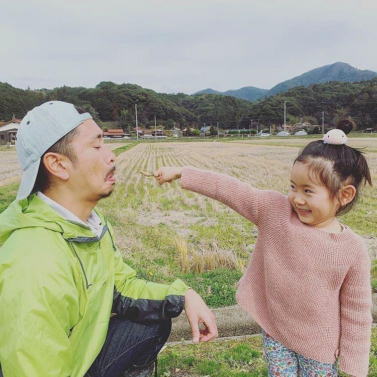 娘と一緒に遊ぶ農業青年