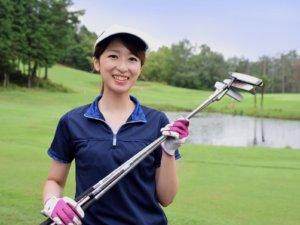 女性 笑顔 ゴルフ