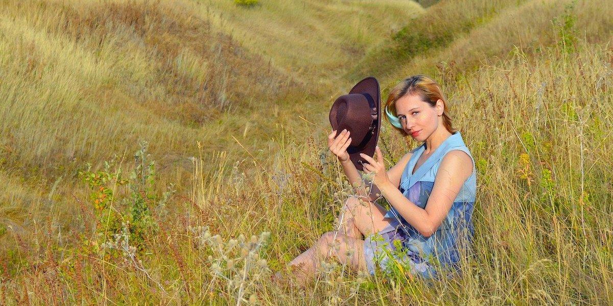 田舎で一人で楽しむ女性