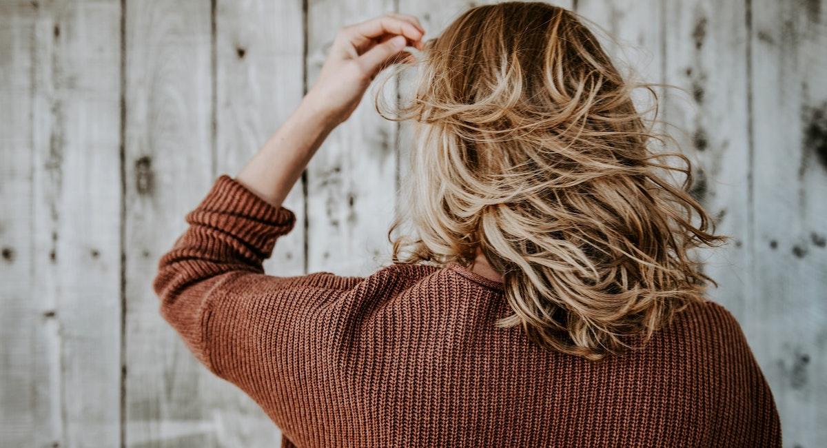 髪をよく触る女性