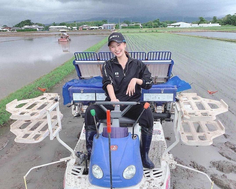 農家 トラクター 女性