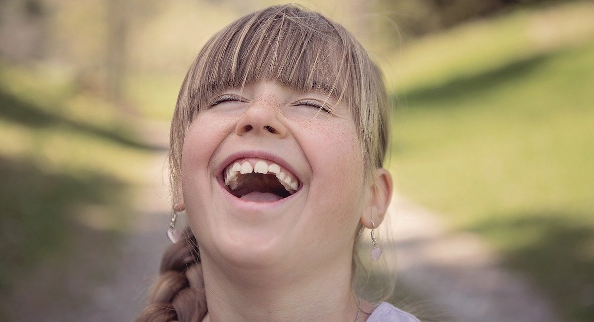 大きな口で笑う女性